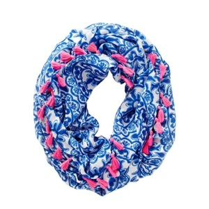 Riley infinity loop scarf pooling around